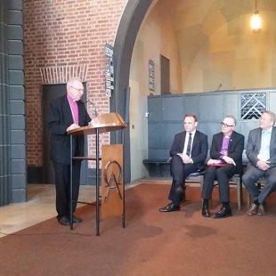 Archibīskaps emeritus, Esslingenas draudzes mācītājs Elmārs E. Rozītis.